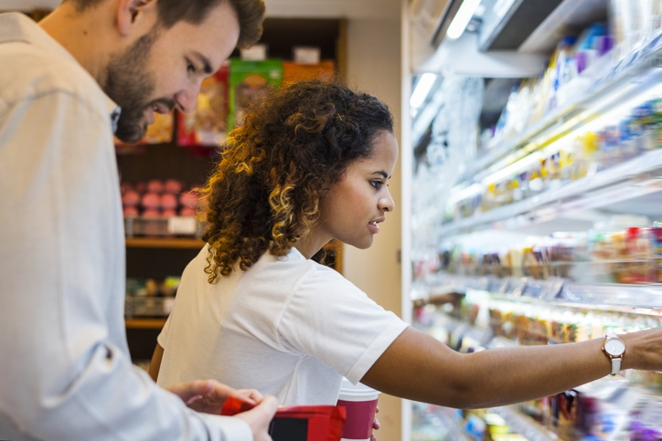 food-broker-and-buyers-in-grocery-store